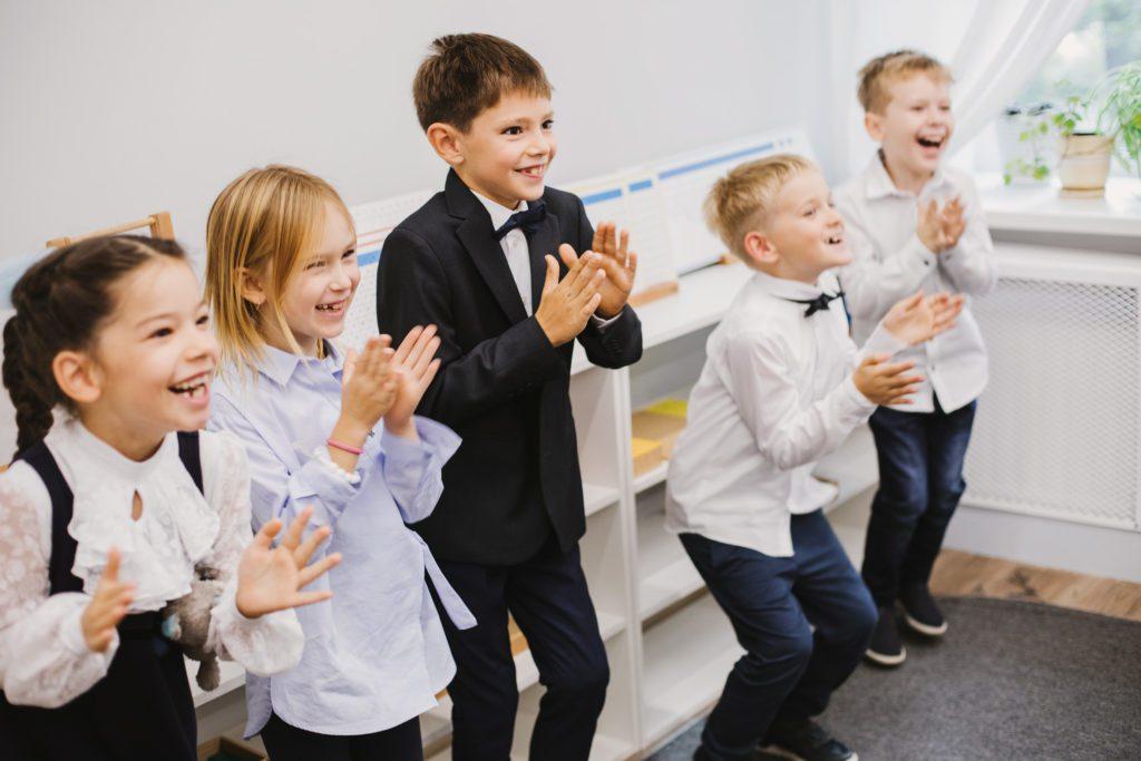 Дети в открытой школе на дне знаний